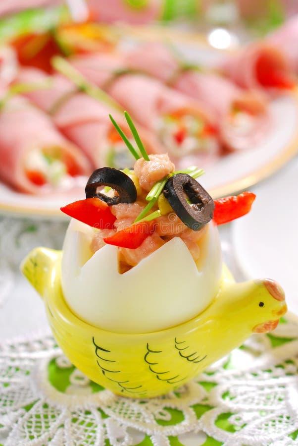 L'uovo con il tonno sparso e le olive per pasqua fanno colazione fotografia stock