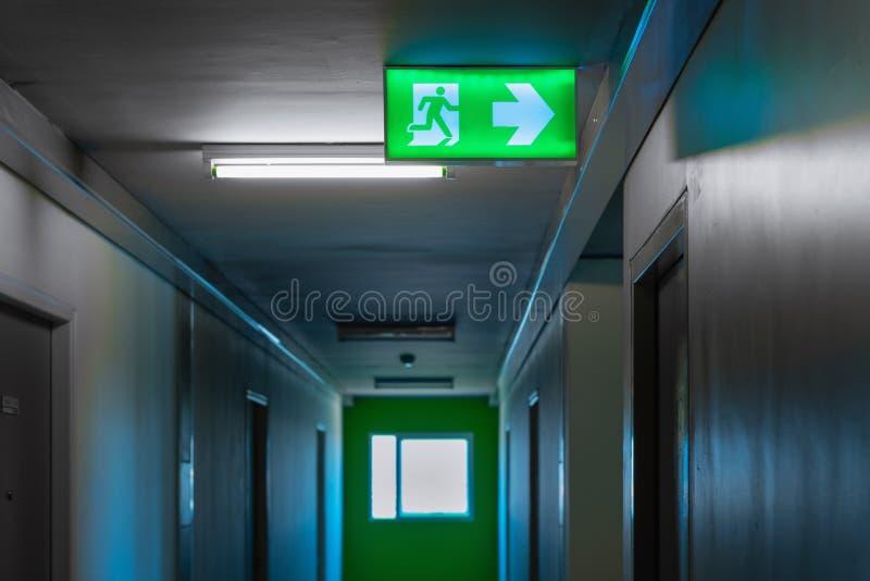 L'uscita di sicurezza cede firmando un documento il passaggio pedonale del corridoio nella costruzione di appartamento immagini stock libere da diritti