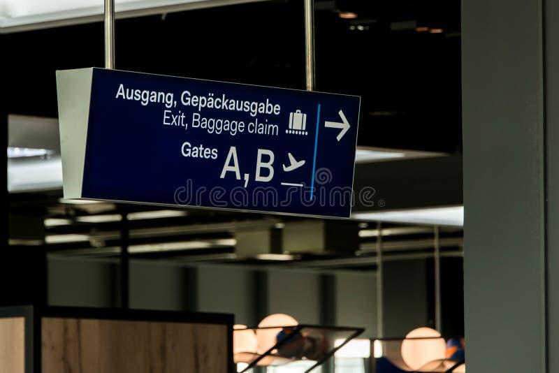 L'uscita tedesca di Dusseldorf dell'aeroporto ed il segno blu di reclamo di bagaglio gates A e la B fotografia stock libera da diritti