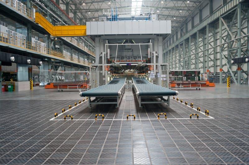 L'usine d'automobile des bandes de conveyeur images libres de droits