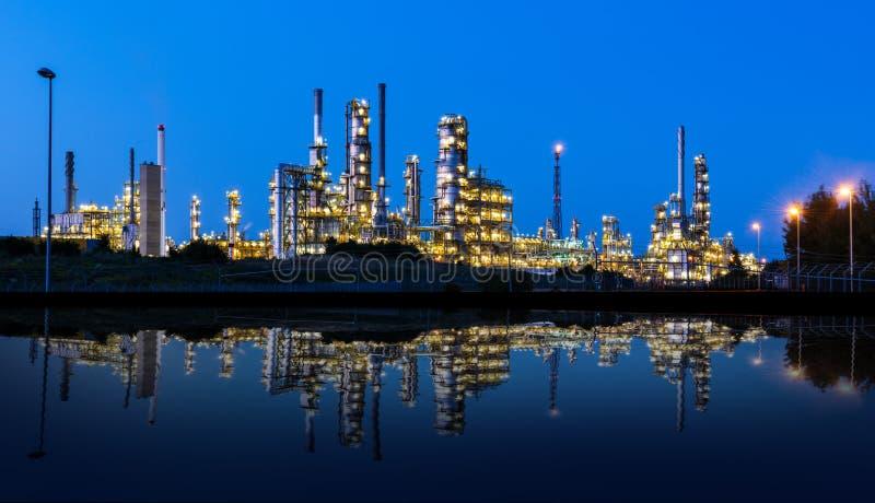 L'usine moderne s'est reflétée dans un lac la nuit photo libre de droits