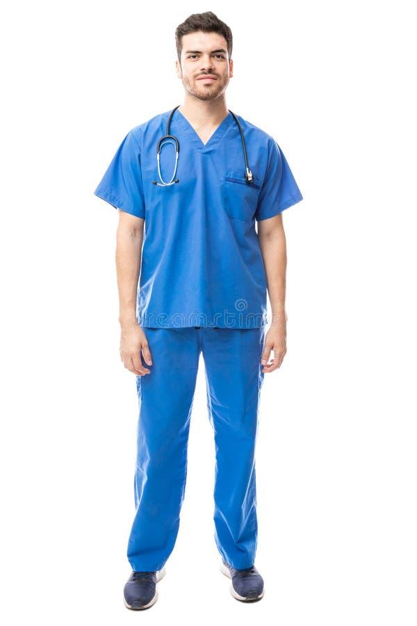L'uso maschio dell'infermiere sfrega fotografie stock libere da diritti