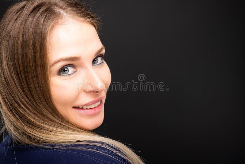L'uso sorridente del bello ritratto femminile di medico sfrega fotografia stock