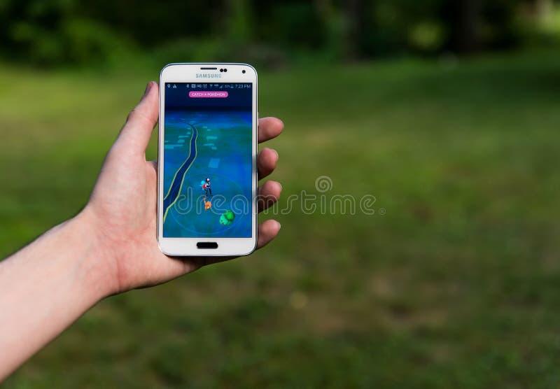 L'utilisateur d'Android jouant Pokemon vont photographie stock