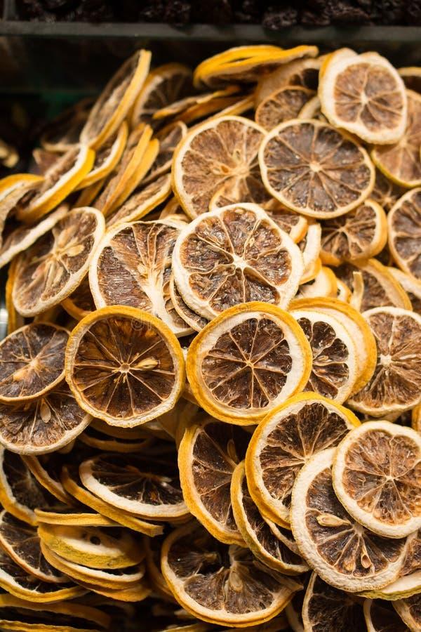 l vendita a secco naturale della frutta nel mercato immagine stock