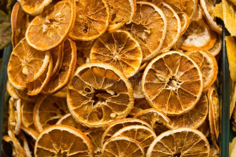 l vendita a secco naturale della frutta nel mercato immagine stock libera da diritti