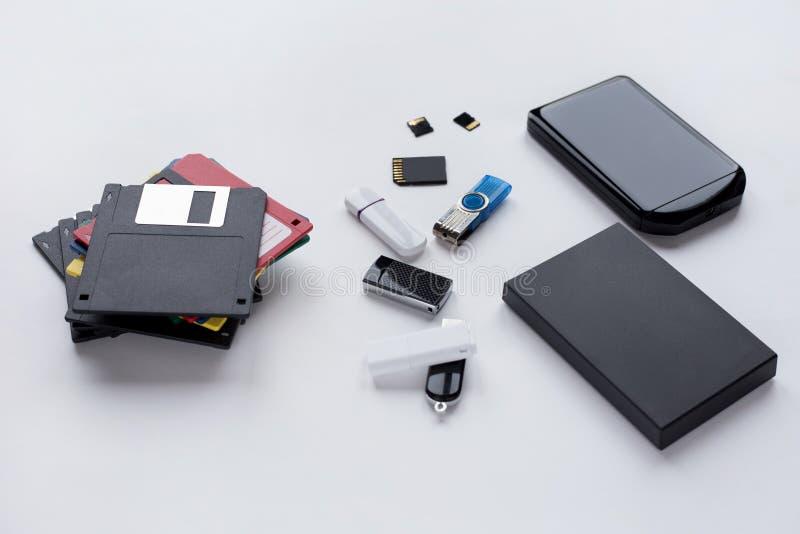 L'?volution des dispositifs num?riques pour le transfert et le stockage d'information Objets d'isolement sur le fond blanc photographie stock