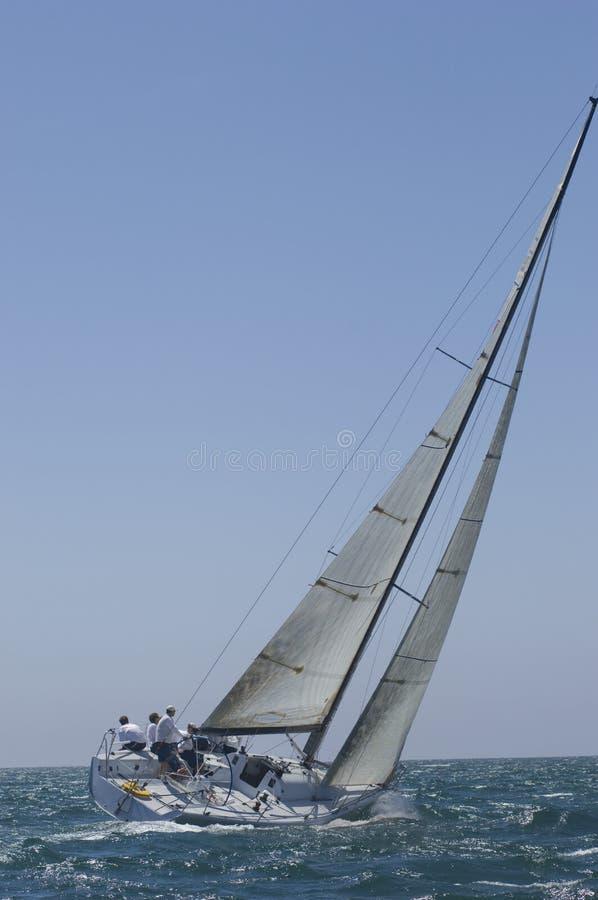 L'yacht fa concorrenza in Team Sailing Event immagini stock