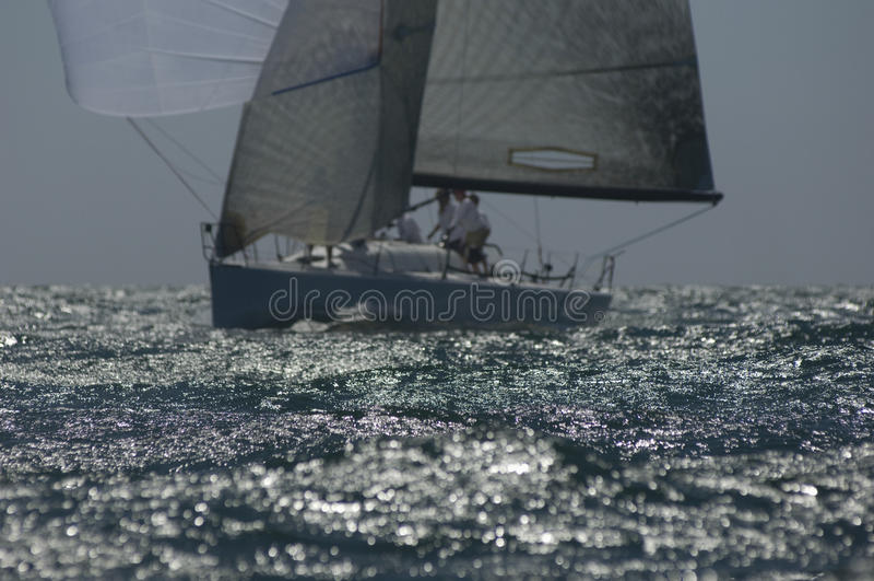 L'yacht fa concorrenza in Team Sailing Event fotografia stock