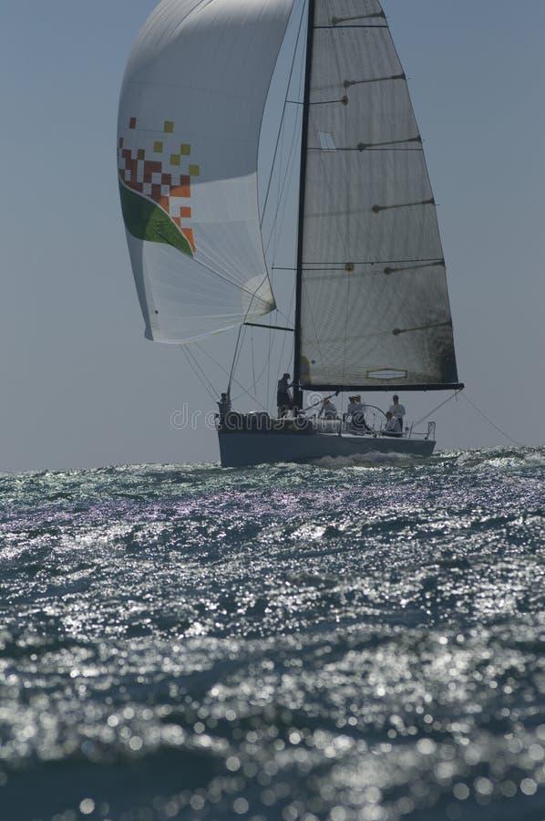 L'yacht fa concorrenza in Team Sailing Event immagine stock libera da diritti
