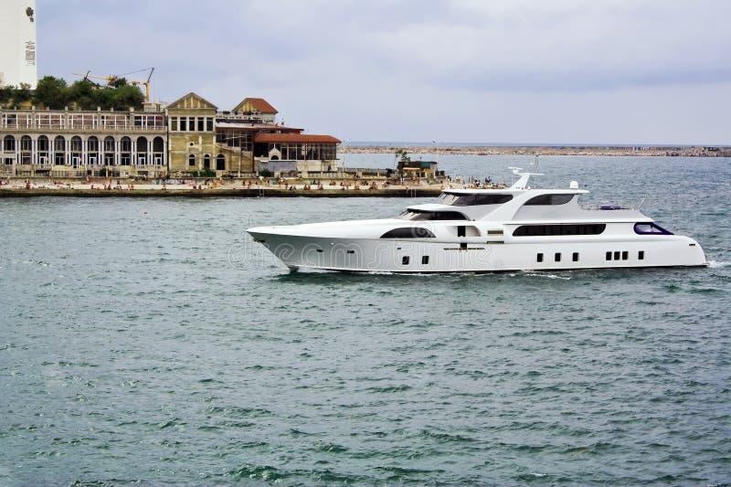 L'yacht ha ritornato all'ancoraggio fotografie stock