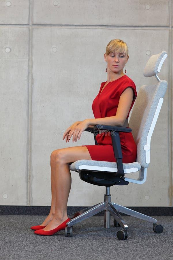 L'yoga dell'ufficio, si rilassa sulla sedia - esercitazione della donna di affari fotografia stock libera da diritti