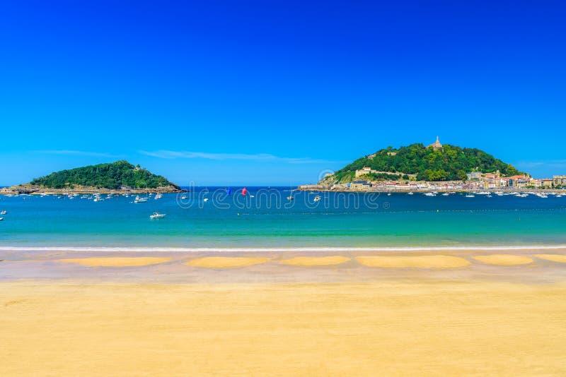 La与没人的外耳海滩圣・萨巴斯蒂安的Donostia,西班牙 最佳的欧洲海滩在好日子 免版税库存图片