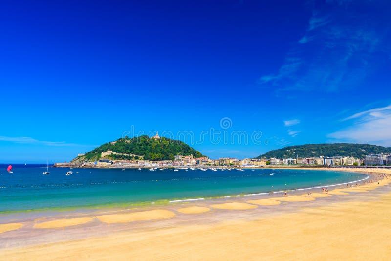 La在圣・萨巴斯蒂安Donostia,西班牙的外耳海滩 在晴朗的最佳的欧洲海滩 免版税库存图片