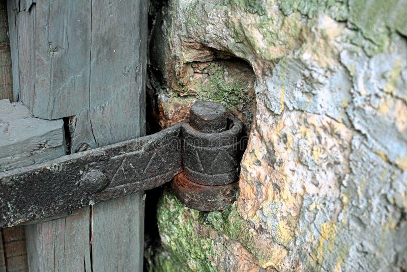 Laço antigo do ferro para a porta na parede foto de stock