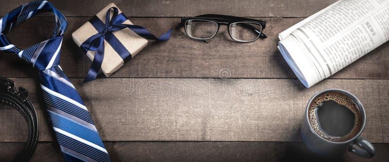 La?o, correia, e caixa de presente com vidros de leitura, jornais, e caf? fotografia de stock