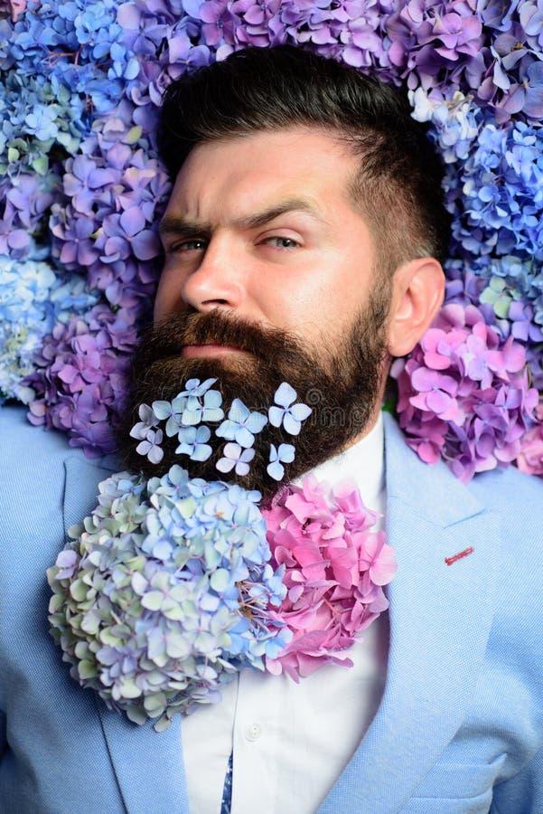 Laço da flor Homem de negócio elegante com traje clássico Homem no terno azul Barba farpada do homem e da flor Mola fotos de stock royalty free
