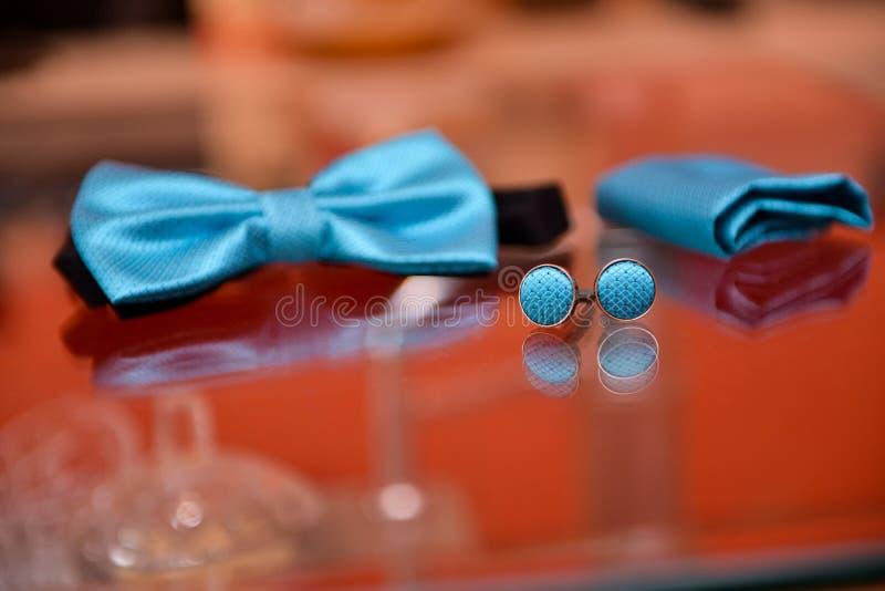 Laço e botão de punho azuis imagens de stock