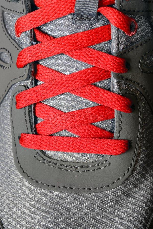 Laços de sapata vermelhos em tênis de corrida fotografia de stock royalty free