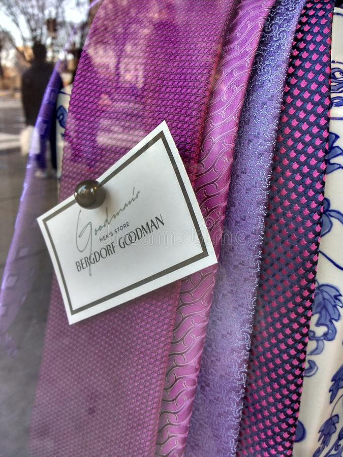 Laços do roxo, loja do ` s dos homens do ` s de Goodman, Bergdorf Goodman, NYC, NY, EUA foto de stock royalty free
