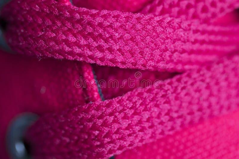 Laços vermelhos no close up das sapatilhas Macro imagem de stock royalty free