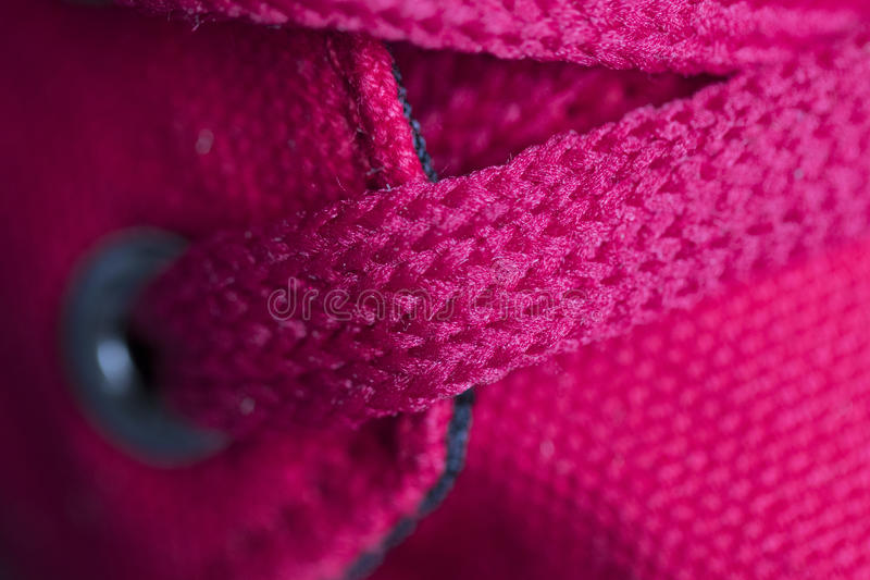 Laços vermelhos no close up das sapatilhas Macro foto de stock royalty free