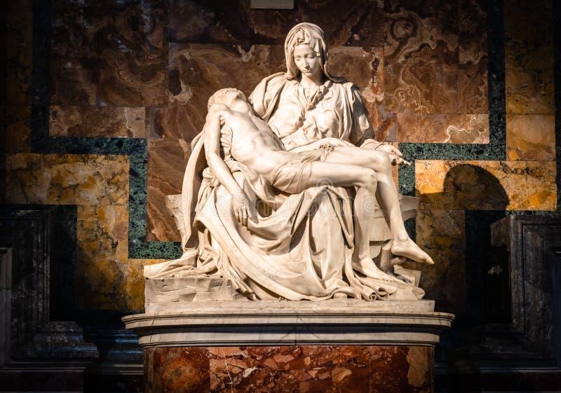 La圣母怜子图新生雕塑在圣皮特圣徒・彼得的大教堂里面的米开朗基罗Buonarroti,梵蒂冈 免版税库存图片