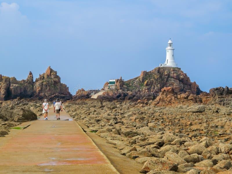 La在泽西海岛岩石海岸的Corbiere灯塔  免版税库存图片