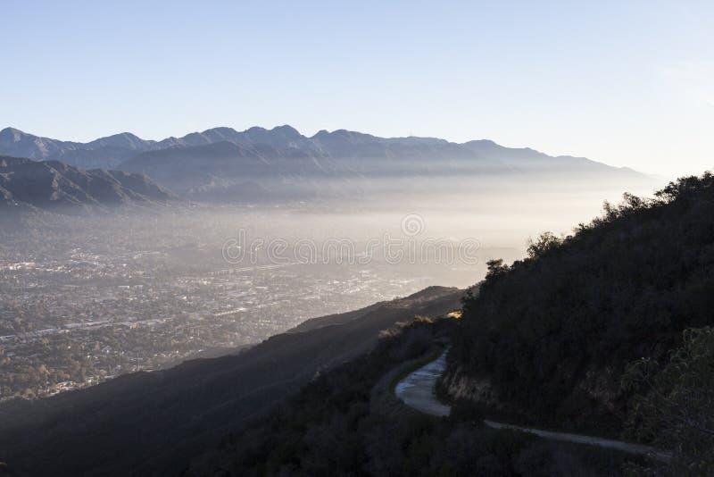 La在洛杉矶加利福尼亚附近的加拿大遂石山脉烟雾 免版税库存图片