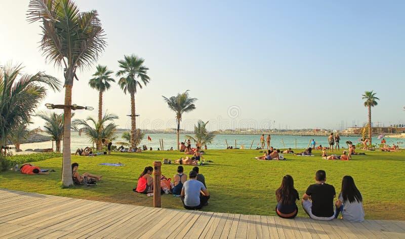 La梅尔在迪拜,阿拉伯联合酋长国- 2018年5月06日:海滩的人基于在 免版税库存图片