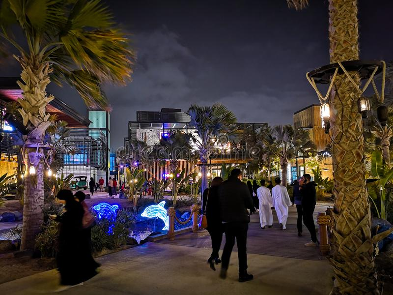 La梅尔海滩胜地和室外购物在夜、一个新的区有购物的和餐馆里在卓美亚奢华酒店集团,迪拜,阿拉伯联合酋长国中 库存照片