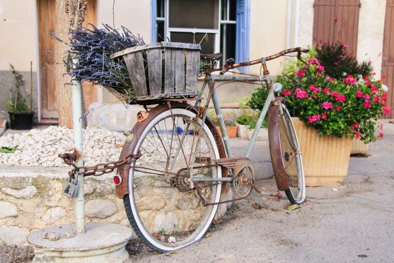 La淡紫色减速火箭的自行车的普罗旺斯颜色开花在法国南部 免版税图库摄影