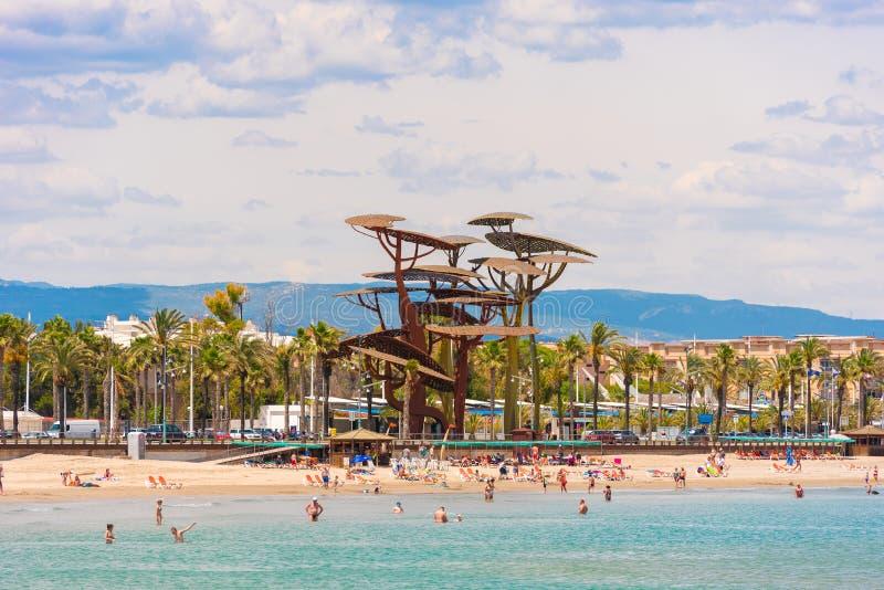 LA皮内达,西班牙- 2017年6月6日:海岸线肋前缘Dorada,在La皮内达,塔拉贡纳, Catalunya,西班牙的海滩 复制文本的空间 库存照片