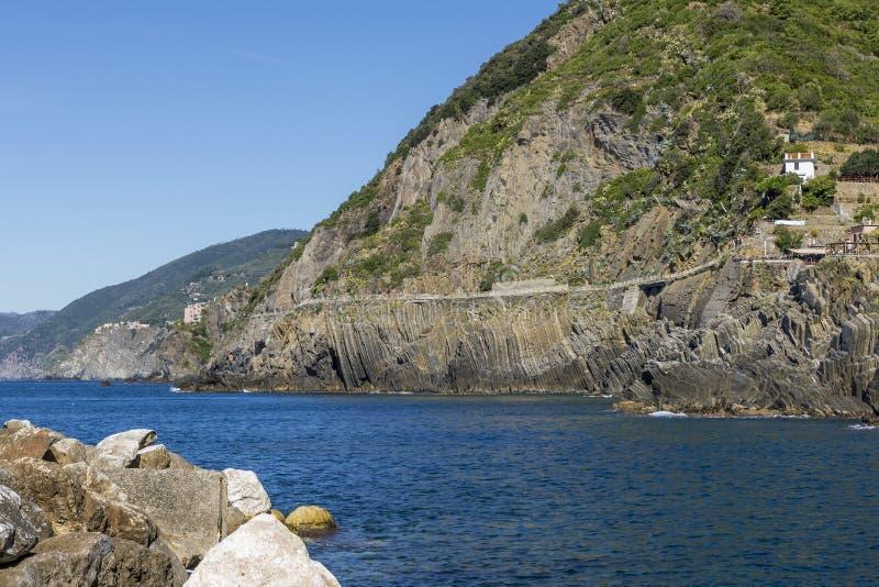 ` La通过小山谷` amore `连接里奥马焦雷到俯视海的Manarola的自然道路,五乡地,利古里亚,意大利 免版税库存照片