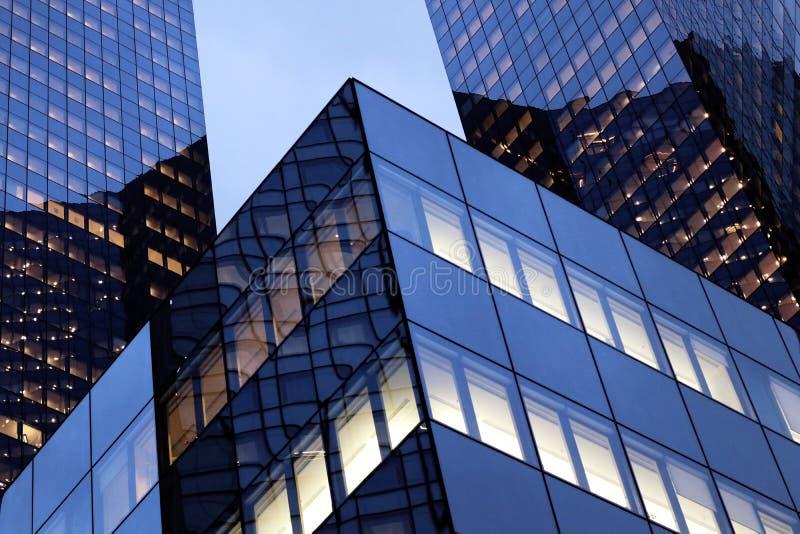 La防御办公室玻璃门面在晚上在巴黎商业区 免版税库存照片