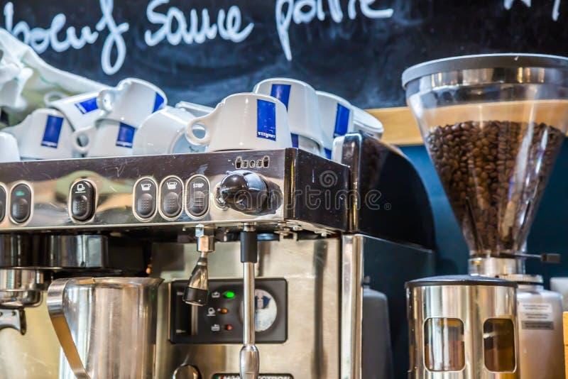 La防御,法国- 2016年7月17日:在大传统法国餐馆过滤器和磨咖啡器的里面看法la defens的 库存照片