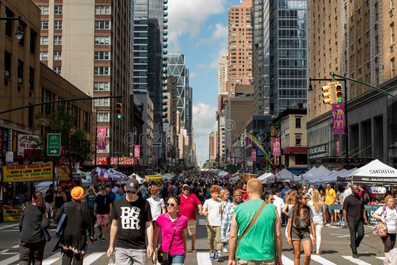 la 8ème avenue dans NYC s'est fermée pour le festival 8/4/2018 New York City, NY, Etats-Unis de nourriture de rue photo stock