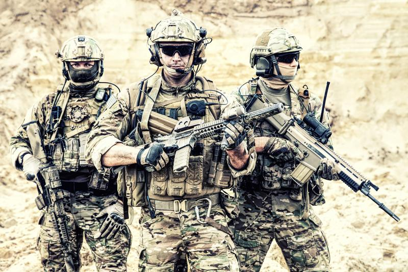 La élite equipada fuerza a soldados en la disposición de combate imágenes de archivo libres de regalías