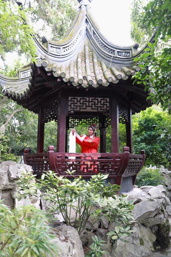 La ópera china de Pekín Pekín de la mujer de Aisa viste el juego tradicional del drama del papel de China del jardín del pabellón imágenes de archivo libres de regalías