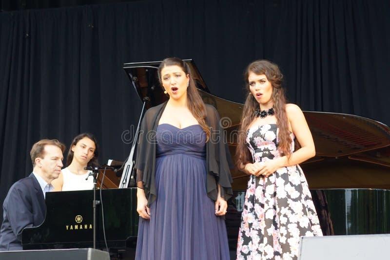 La ópera de Metroplitan en el parque 16 de Crotona imagen de archivo