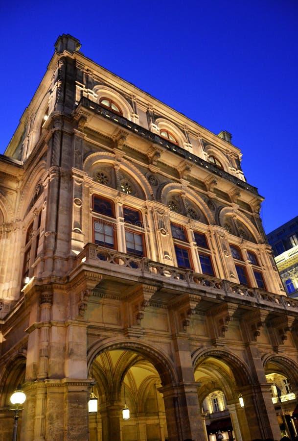 La ópera de Viena en la noche imagenes de archivo