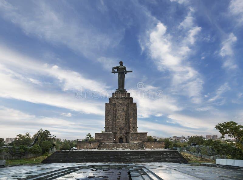 La 'madre Armenia 'es un monumento en honor de la victoria de la Unión Soviética en la gran guerra patriótica en Ereván fotografía de archivo libre de regalías