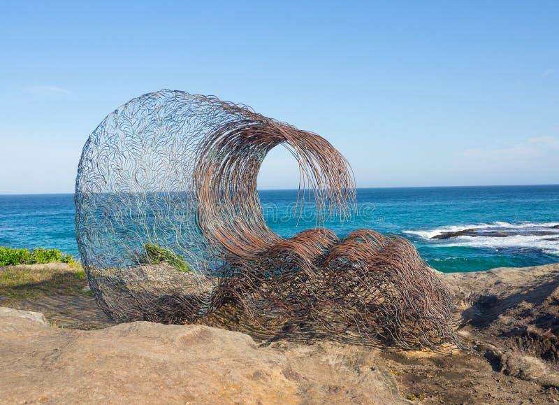 La 'onda dentro 'es ilustraciones esculturales de Sandra Pitkin en la escultura por los acontecimientos anuales del mar libres al imagenes de archivo