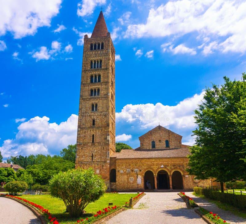 La abadía de Pomposa, la iglesia medieval y el campanil se elevan Codigoro Fer imagenes de archivo