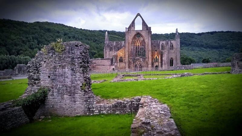 La abadía de Tintern es un ícono nacional - todavía en pie en un esplendor sin techo a orillas del río Wye foto de archivo