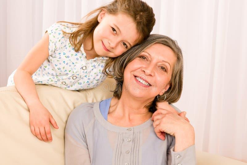La abuela con sonrisa de la chica joven se relaja junta imagen de archivo
