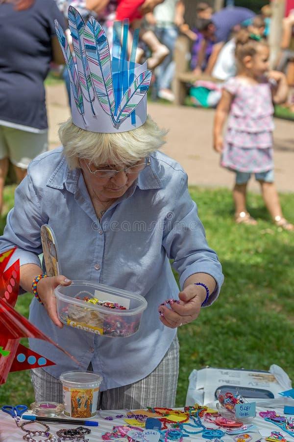 La abuela divertida vende gablonts imagen de archivo libre de regalías