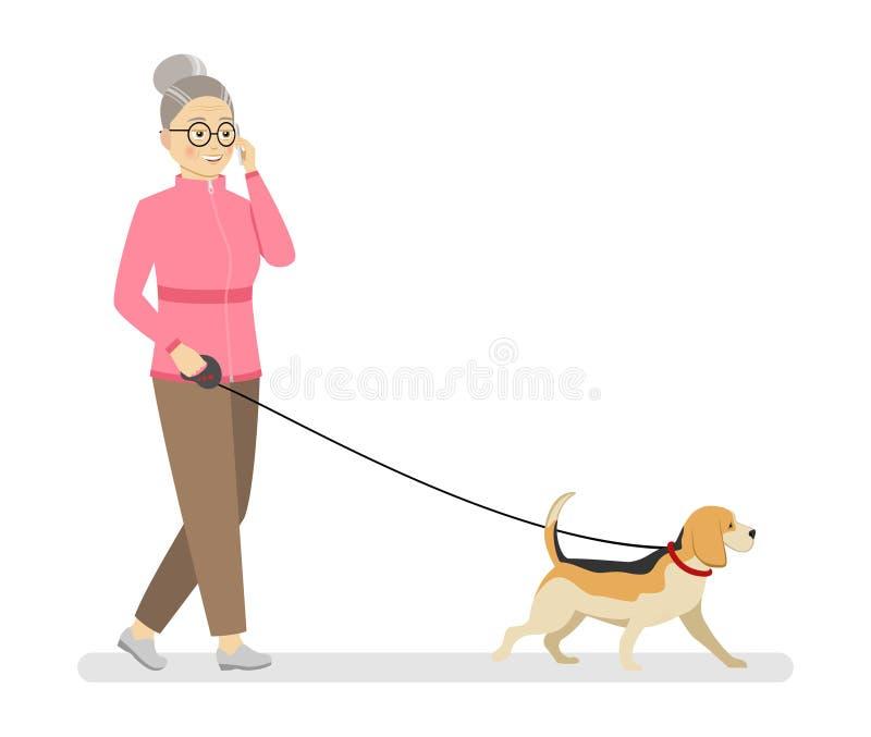 La abuela en un suéter rosado de los deportes y paseos marrones de los pantalones con el perro que habla en el teléfono libre illustration