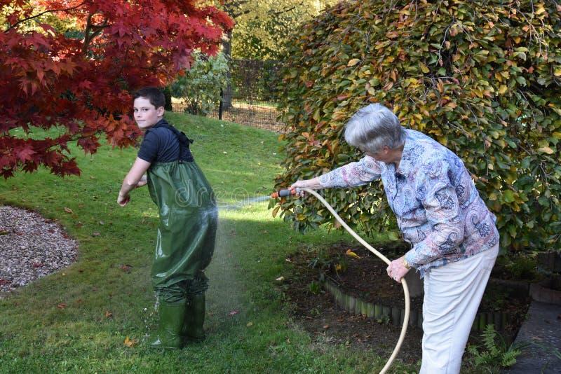 La abuela limpia a su nieto imagen de archivo libre de regalías