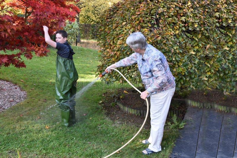 La abuela limpia a su nieto foto de archivo libre de regalías